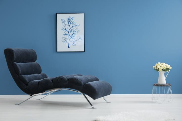 Moderna plava boja za zid i moderan nameštaj teget boje.