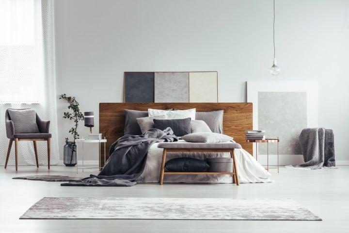 Moderna spavaća soba u sivo-beloj boji.