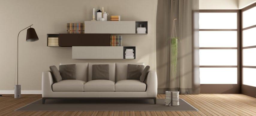 Moderna bež boja zida sa belo-braon nameštajem.