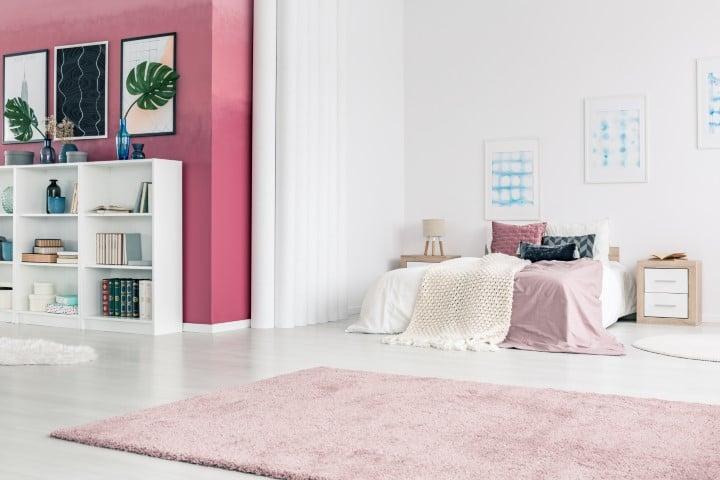 Moderna roza boja zida sa spavaćim krevetom belo-roze boje.